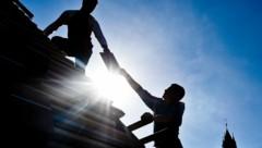 Der Mann wollte eine Holzpalette über ein Giebeldach abseilen, als das Unglück passierte. (Symbolbild) (Bild: dpa/Patrick Pleul)