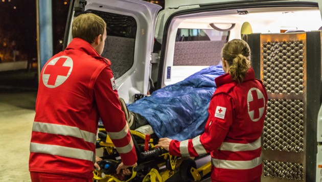 Viel Glück hatte eine Fußgängerin in Vöcklabruck. Die 59-Jährige wurde von einem Auto überrollt.