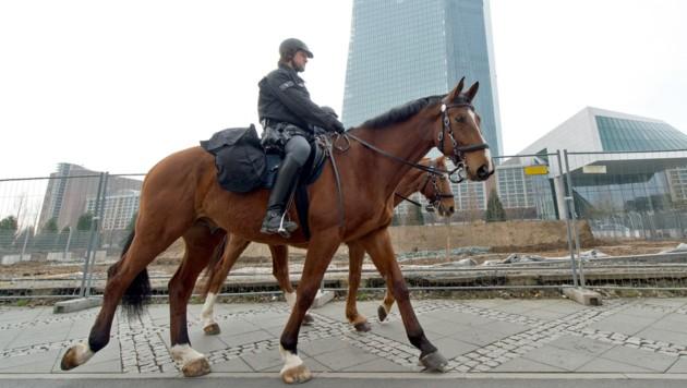 Berittene Polizei bei der Europäischen Zentralbank in Frankfurt