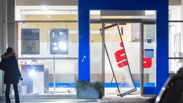 Beim Bankomat-Coup in Buchkirchen bei Wels wurde das Foyer der Bank schwer beschädigt.