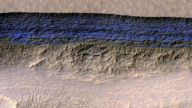 Eine Schicht mit besonders klarem, reinem Wasser (blau) auf dem Mars (Bild: NASA/JPL-Caltech/UA/USGS)