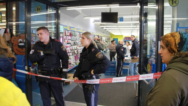 Riesen-Aufregung nach dem Messerangriff in Linz-Auwiesen: Es gingen Notrufe und Überfallsalarme ein! (Bild: Christoph Gantner)