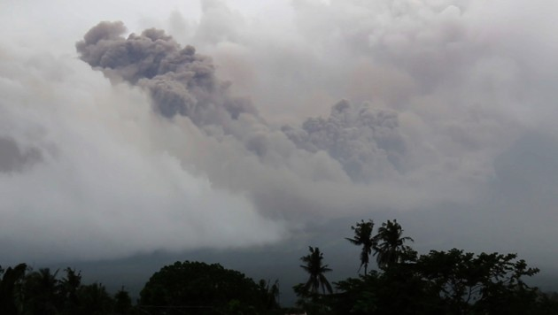 Riesige Aschewolken über dem Vulkan Mayon (Bild: AP)
