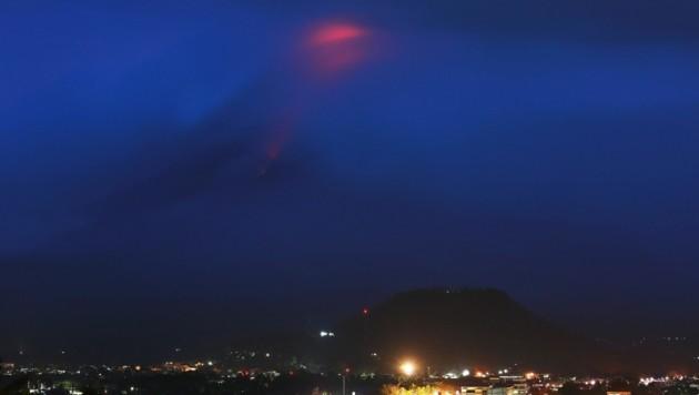 Der Krater des Vulkans war Montag früh glühend rot. (Bild: AFP)