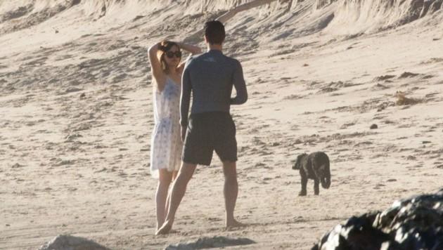 Dakota und Chris Martin am Strand (Bild: www.PPS.at)