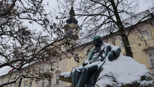 Nicht nur der Dichter Adalbert Stifter grübelt über die Vorgänge im Linzer Landhaus nach. (Bild: Werner Pöchinger)