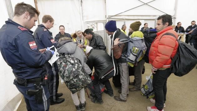 Migranten bei ihrer Ankunft in Österreich (Bild: Klemens Groh)