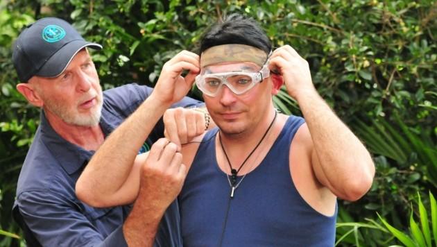 Matthias wird von Dr. Bob für die Dschungelprüfung fertig gemacht. (Bild: RTL)