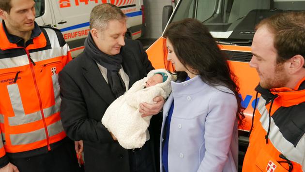 Die Eltern und der kleine Elias freuten sich über ein erneutes Zusammentreffen mit den Geburtshelfern und bedankten sich nochmals persönlich.
