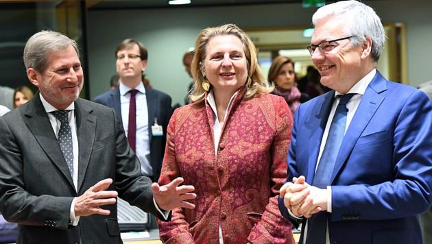 Sicher auf dem internationalen Parkett: Karin Kneissl mit EU-Kommissar Johannes Hahn (li.) und dem belgischen Außenminister Didier Reynders (re.) (Bild: AFP)