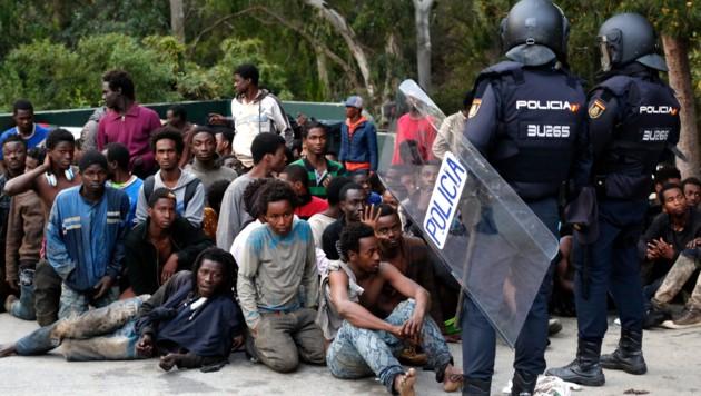 Migranten in der spanischen Enklave Ceuta (Bild: AP)