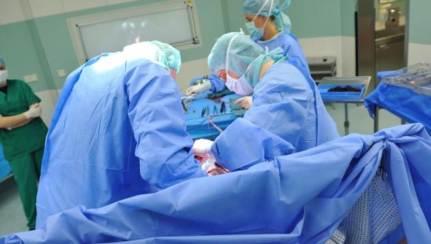 Ein wesentlicher Indikator für die medizinische Notwendigkeit eines Notkaiserschnittes ist der Gesundheitszustand von Mutter und Kind (Symbolfoto). (Bild: stock.adobe.com)
