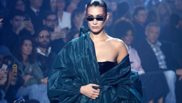 Bella Hadid ließ am Laufsteg der Alexandre-Vauthier-Show in Paris ihren Nippel blitzen.