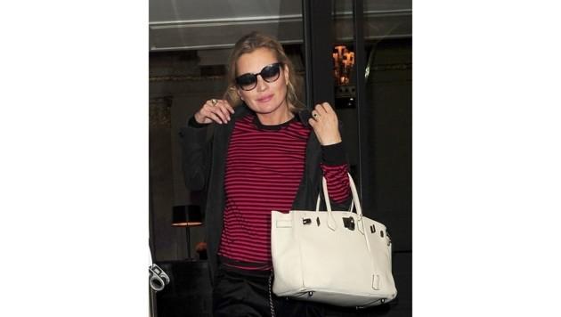 Kate Moss wertet ihr lässiges Outfit ebenfalls mit einer nudefarbigen Tasche auf - einer Birkin Bag von Hermes.