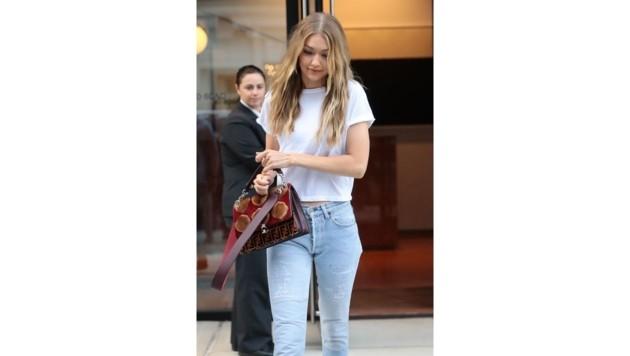 Gigi Hadid hat eindeutig ein Faible für ausgefallene Taschen. Mit dieser Fendi-Bag macht sie ihr schlichtes Outfit zu einem Highligt.