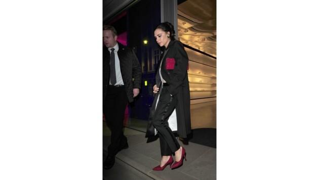 Bei Victoria Beckham passen die Schuhe natürlich perfekt zur Clutch.