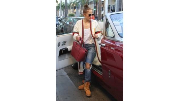 Jennifer Lopez' Handtasche passt perfekt zu ihrem Luxusauto.