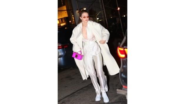 Die pinke Mini-Tasche von Gigi Hadid schaut aus wie ein Kosmetikköfferchen.