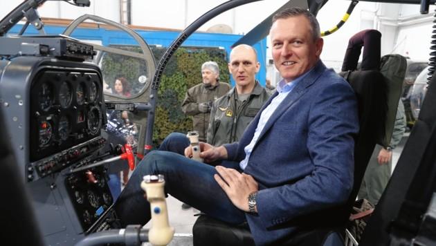Verteidigungsminister Mario Kunasek in einem Alouette-Hubschrauber