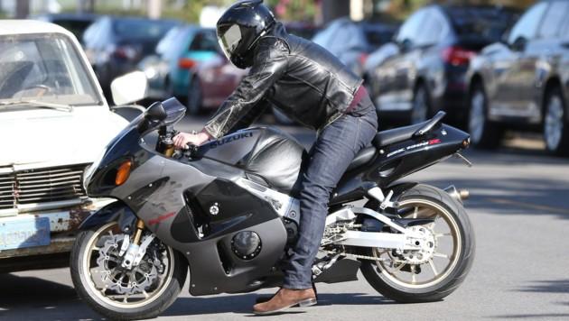 Ben Affleck auf seiner Suzuki unterwegs zur Kirche