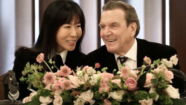 So-Yeon Kim und Gerhard Schröder steht das Glück ins Gesicht geschrieben.