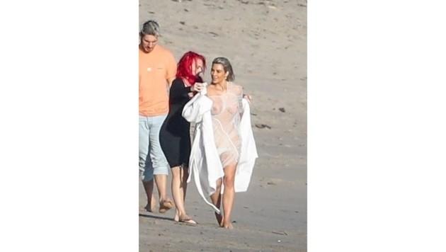 Kim Kardashian präsentiert ihren Prachtbody beim Fotoshooting am Strand von Malibu.