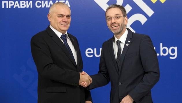 Innenminister Herbert Kickl (FPÖ) mit seinem bulgarischen Amtskollegen Valentin Radev in Sofia (Bild: AFP)