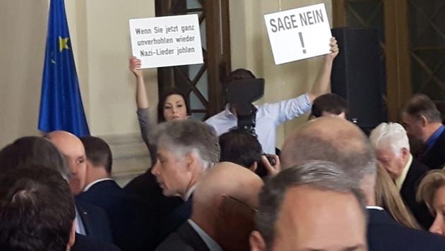 """Zwei Bundesräte der Grünen hielten Schilder mit der Aufschrift """"Wenn Sie jetzt ganz unverhohlen wieder Nazi-Lieder johlen"""" und """"Sage Nein!"""" hoch."""