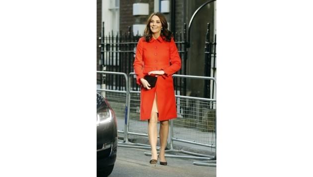 """Die schwangere Herzogin Kate trägt beim Besuch des """"Great Ormons Street""""-Spitals einen leuchtend roten Mantel."""