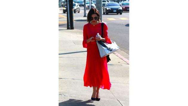 Jenna Dewan sticht mit ihrem roten Dress beim Verlassen eines Shops richtig heraus.