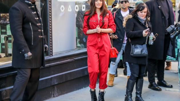 Die amerikanische Schauspielerin Luna Blaise im auffallend roten Jumpsuit in Manhattan.