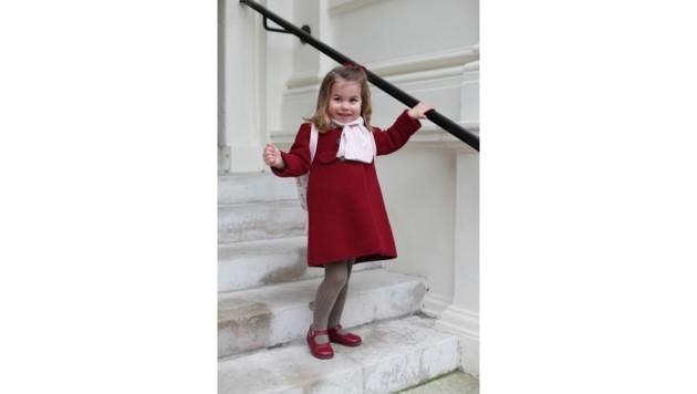 Prinzessin Charlotte ist in roten Schuhen und mit rotem Mantel unterwegs in den Kindergarten.