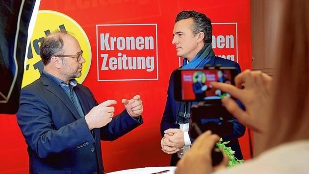 Chefredakteur Hannes Mößlacher erklärt Gernot Darmann die Idee. (Bild: Evelyn HronekKamerawerk)