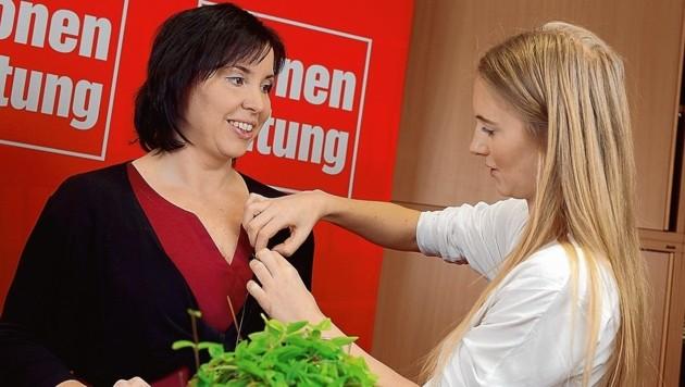 Das Mikrofon wird angebracht; Marion Mitsche (F.A.I.R.) ist konzentriert. (Bild: Evelyn HronekKamerawerk)