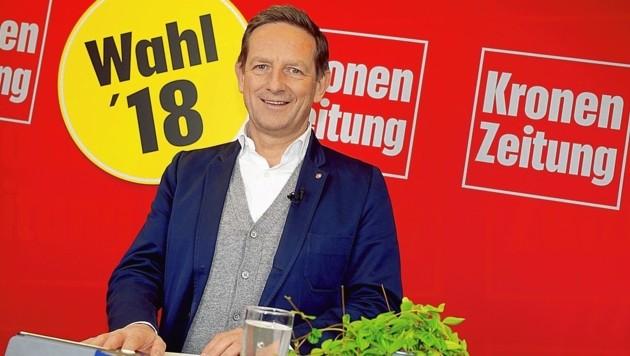 Christian Benger (ÖVP) bei den letzten Vorbereitungen auf die Frageaktion.