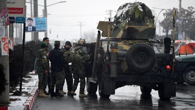 Soldaten nahe dem Anschlagsort in Kabul (Bild: AFP/Wakil Kohsar)