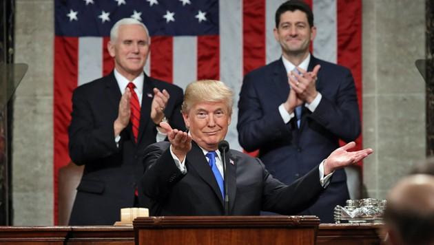 Trump lässt sich feiern, im Hintergrund Vizepräsident Mike Pence (li.) und der Sprecher des Repräsentantenhauses, Paul Ryan (Bild: AP)