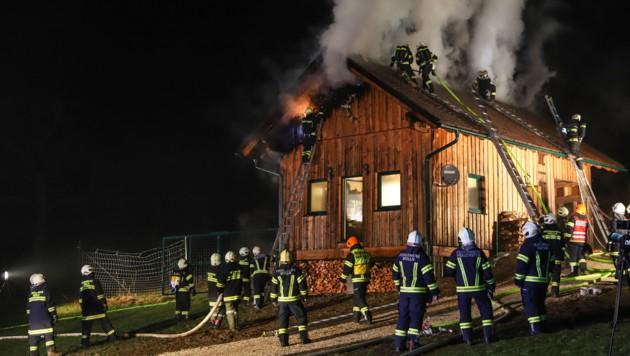 Die Feuerwehrleute mussten zur Bekämpfung des Brandes auch das Dach des Jagdhauses öffnen