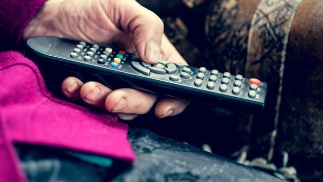 Fernsehen ist eines der wenigen Vergnügen einer gehbehinderten Pensionistin (Symbolbild). (Bild: stock.adobe.com, krone.at-Grafik)