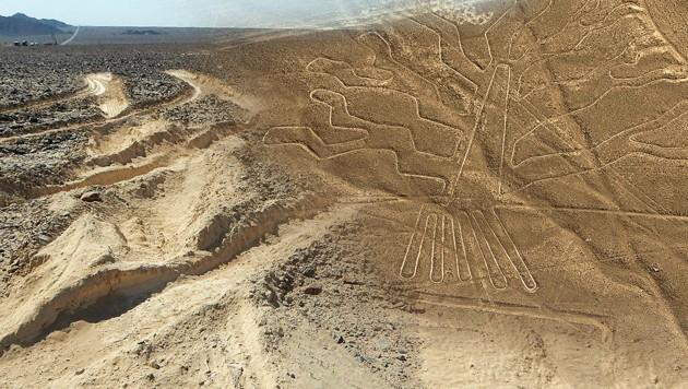 Lkw pflügt die berühmten Nazca-Linien in Peru um!