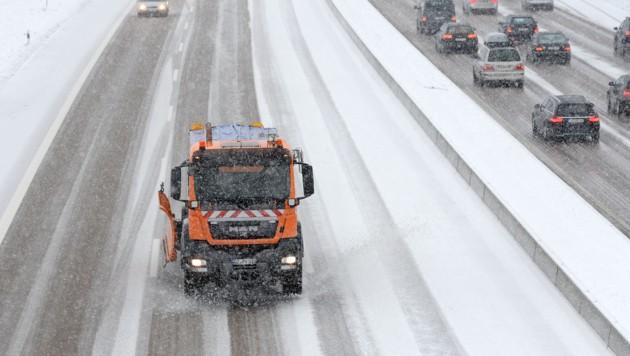 In Oberkärnten und Osttirol sind Streufahrzeuge bereits unterwegs (Symbolbild). (Bild: APA/dpa/Andreas Gebert)