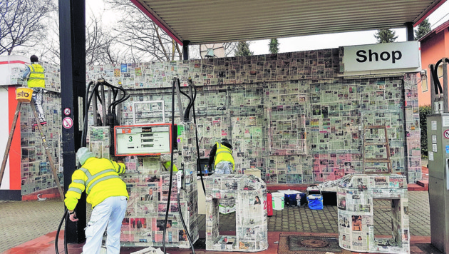 """Bevor die Turmöl-Tankstelle einem Hotel weicht, wird sie komplett mit Zeitungen beklebt. (Bild: Initiative """"Kunst ma helfen"""")"""