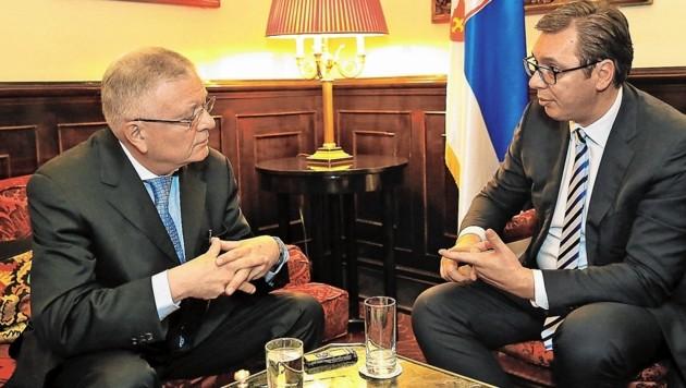 """Serbiens Staatspräsident Aleksandar Vucic (re.) im Interview mit """"Krone""""-Redakteur Kurt Seinitz (Bild: Tomschi Peter)"""