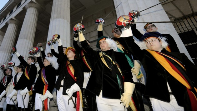 """Burschenschafter im Rahmen des """"Totengedenkens"""" am 8. Mai 2012 auf dem Heldenplatz in Wien (Bild: APA/HERBERT P. OCZERET)"""
