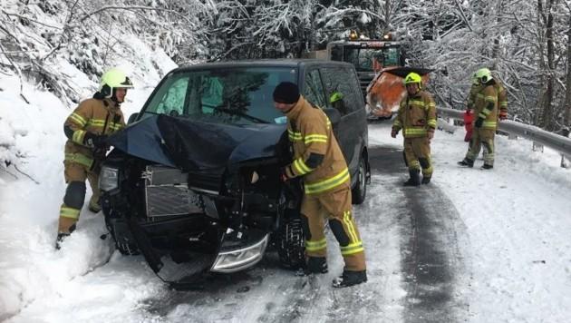 Ein VW-Bus-Lenker prallte in Unken mit einem Schneepflug zusammen. (Bild: FF Unken)