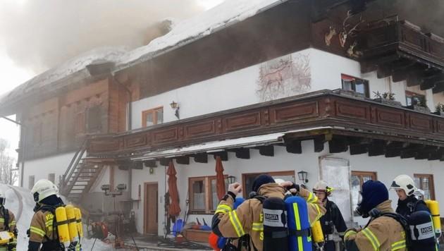 Nicht nur der Stall, auch der Dachstuhl des Wohnhauses fing Feuer. Die Helfer mussten es aufschneiden, um an die Brandherde zu gelangen. (Bild: LFV/Winter)