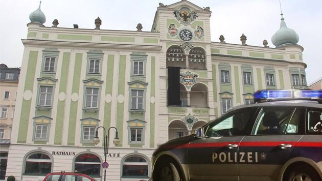 Asylwerber prügelten sich in einem Kaffeehaus beim Rathausplatz in Gmunden. Die Polizei musste ausrücken.