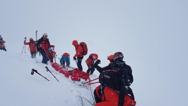 Per Akja zogen die Bergretter die verletzte Freeriderin aus dem Tiefschnee.