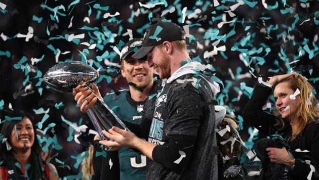 Die beiden Quarterbacks Nick Foles und Zach Ertz feiern ausgelassen. (Bild: AFP or licensors)