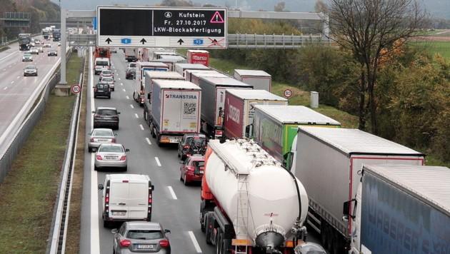 Lastwagen und Fahrzeuge stauen sich auf der Autobahn A8 bei Rosenheim in Richtung Österreich. Bei der Blockabfertigung von Lastwagen an der österreichischen Grenze kommt es in Bayern immer wieder zu längeren Staus. (Bild: APA/dpa/Josef Reisner)